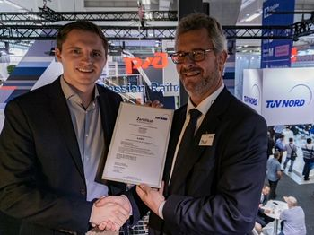 [Translate to Chinese:] Volker Thiel from TÜV Nord and Markus Fiebig with the official TÜV certificate